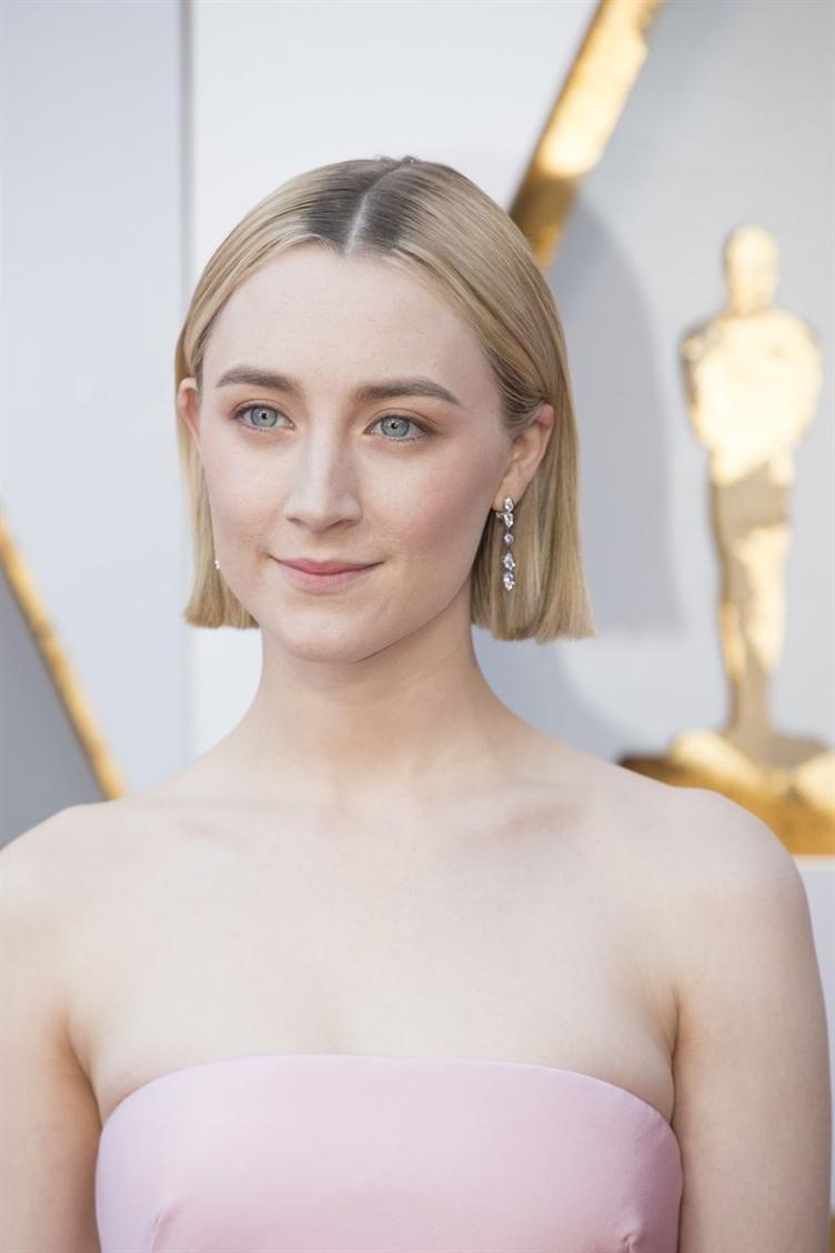 Saoirse Ronan Es gibt nichts Minimalistischeres als einen schlanken, mittig geteilten, stumpf geschnittenen Bob. Ronan ist ein Beweis dafür, dass dieser klassische Schnitt höchste Eleganz bietet.